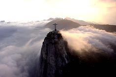 Vista aerea del Corcovado y el Cristo Redentor, ícono de Rio de Janeiro.