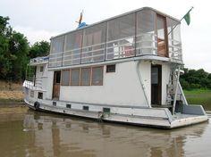 O navio Luzeiro Amazônia I navega com  voluntários realizando atendimento médico, odontológico, educação e evangelismo.