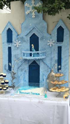 how to make a frozen castle out of cardboard Disney Frozen Party, Frozen Themed Birthday Party, Elsa Birthday, Disney Princess Party, 2nd Birthday Parties, Frozen Decorations, Birthday Decorations, Candy Bar Frozen, Frozen Wedding