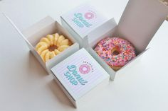 Donuts are love. For me the best dessert, the best snack and the best food is donuts. The amazing aroma of the fresh donut dipped into dark chocolate can impress any foodie person. Dessert Packaging, Bakery Packaging, Food Packaging Design, Box Packaging, Cupcake Packaging, Donut Bar, Doughnut Shop, Donut Store, Custom Printed Boxes