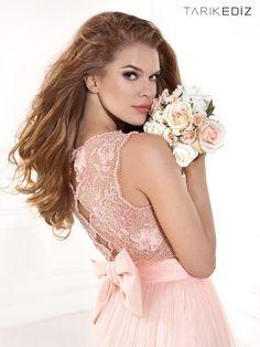 Rosa empolvado para novias que no quieren vestir de blanco, damas de honor románticas y delicadas o invitadas que buscan un color de tendencia #modafiesta #vestidos
