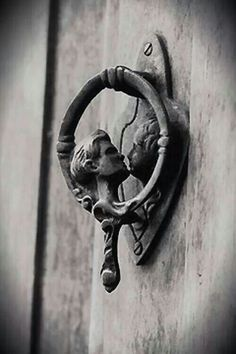 Door Knocker Designs That Make The Entrance Stand Out Love this romantic door knocker! 15 Door Knocker Designs That Make The Entrance Stand OutLove this romantic door knocker! 15 Door Knocker Designs That Make The Entrance Stand Out Door Knockers Unique, Door Knobs And Knockers, Knobs And Handles, Door Handles, Door Pulls, Antique Door Knockers, Old Door Knobs, Cool Doors, The Doors