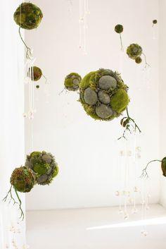 Unique bonsai kokedama Ball Ideas for Hanging Garden Plants selber machen ball String Garden, Ikebana, Hanging Plants, Indoor Plants, Art Floral Japonais, Mini Mundo, Moss Garden, Garden Planters, Decoration Inspiration