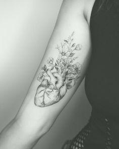 Tatoo Heart, Heart Flower Tattoo, Flower Tattoos, Full Sleeve Tattoo Design, Tribal Sleeve Tattoos, Heart Anatomy Tattoo, Cute Tattoos, Body Art Tattoos, Anatomical Tattoos