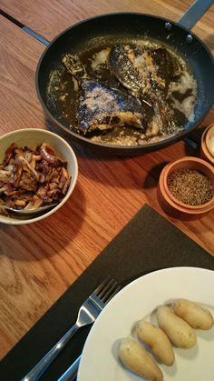 Pandstegte skrubber i hvidløgssmør, østershatte og asparges kartofler