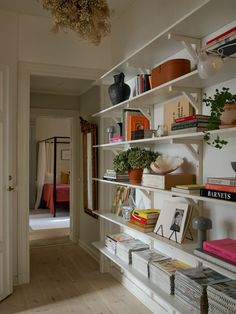 Historiska hem Office Inspiration, Interior Inspiration, Office Ideas, Home Interior Design, Interior Decorating, Flat Interior, Stockholm Apartment, Dream Apartment, Bohemian Apartment
