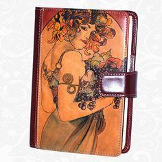 Originálny ručne maľovaný diár z pravej kože. Existuje len jeden kus. Každý jeden kus ručne maľovaných výrobkov je umelecké dielo. Diár je neopakovateľný originál s nádhernou maľbou.  Motív: Alfons Mucha – Flower