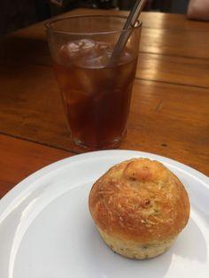 Experimentamos o cold brew com água de coco e o muffin de fubá com bacon. O muffin mistura o sabor doce com o salgado e defumado do bacon – uma explosão de sabores! Imagem: acervo pessoal Fabíola Cordeiro.