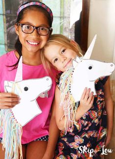 Unicorn Stick Horse DIY with FREE printable template Unicorn Hobby Horse, Diy Unicorn, Unicorn Crafts, Horse Crafts, Unicorn Birthday, Unicorn Party, Paper Plate Crafts For Kids, Craft Projects For Kids, Fun Crafts For Kids