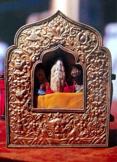 Chenrezig bone relic of Panchen Sonam Dragpa ( one of the previous incarnations of Tulku Drakpa Gyeltsen) at Drepung Gompa in Tibet. This is a image of Arya Avalokitesvara (Chenrezig) spontaneously arising from the bone of Panchen Sonam Dragpa. It is highly blessed. It shows the special connection of Avalokiteshvara with this master and he is highly attained. Tibetan Buddhism, Buddhist Art, Buddha Life, Altars, Tantra, Arya, Compassion, Meditation, Mandala