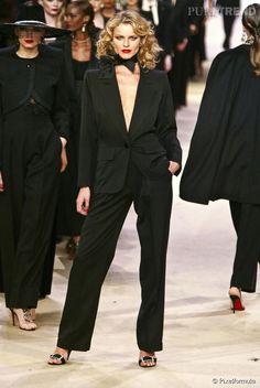 Yves Saint Laurent : Le smoking porté par Eva Herzigova  au final du défilé rétrospective de janvier 2002.
