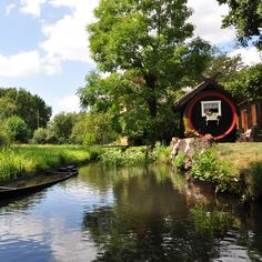 Erholung pur im Spreewald Lake George Village, Into The West, Middle Earth, Places To Go, House Styles, Nature, Boathouse, Tree Houses, Beautiful