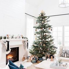 The Best Farmhouse Christmas Inspiration Merry Christmas Eve, Christmas Mood, Noel Christmas, Modern Christmas, Little Christmas, All Things Christmas, Minimalist Christmas, Christmas Tables, Christmas Stocking