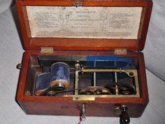 Antieke 'magneto Electric Machine' medisch  'wonder' apparaat in houten doos.