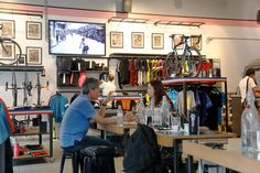 Is het jou ook al opgevallen? In winkels worden fietsen te kust en te keur gebruikt als sfeerverhogend element. Als nuchtere Hollander zien wij de fiets als een soort noodzakelijk kwaad. Plaats je de fiets buiten haar normale context, dan gaan we er ineens heel anders naar kijken. Gaan we in het buitenland kijken, dan wordt fietsen ineens übercool. Wat is dat toch met die fietsen?   Lees verder http://trendbubbles.nl/6x-een-fiets-in-de-winkel/ #rapha #london