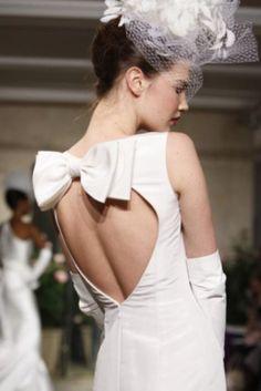 Elegant Bow Back Wedding Dress ♥ Oscar de la Renta Bridal Collection     Oscar De La Renta Tasarimi Sirti Acik Fiyonklu Gelinlik Modeli