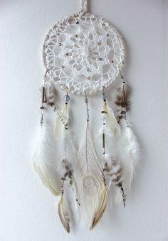 Almond Dream . attrape-rêves plumes blanc & beige perle d'eau douce, pointe de quartz et Swarovski.