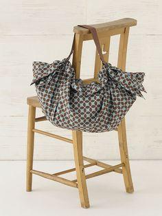 持ち手ベルトのDカンにフリークロスの端を通すだけのバッグは、買い物や旅行の時に便利!/フリークロス活用術(「はんど&はあと」2012年12月号)