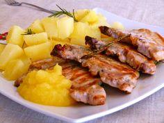 Costillitas de cerdo con puré de manzanas (o Costeletas)  Ingredientes:  Costillitas de cerdo, 4 Manzanas verdes, 4 Jugo de limón, 2 cucharadas Clavo de olor, 2 Canela, ½ cucharadita Aceite neutro (de girasol), cantidad necesaria Sal y pimienta negra a gusto.  Modo de Preparación:    Pelar las manzanas y cortarlas en láminas pequeñas. Cocinar las manzanas en una olla