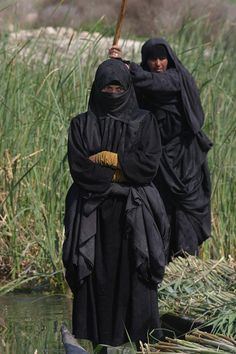 NIQABI.....MARSH ARABS....IRAQ....AL AHWAR.....ON OMESH.....TUMBLR..... Iraqi Women, Fantasy Photography, Central Asia, Weird World, North Africa, People Around The World, Senior Pictures, Afghanistan, Egypt