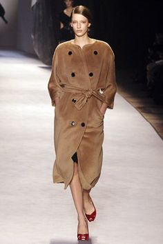 See the complete Giambattista Valli Fall 2006 Ready-to-Wear collection.