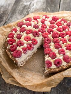 Vegan white bean and almond tart with raspberries. Vegan Sweets, Healthy Sweets, Fun Desserts, Dessert Recipes, Summer Pie, No Bake Snacks, Gluten Free Cakes, My Favorite Food, Sweet Recipes