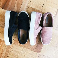 Meu sapato favorito da estação: Slip-On. Queria um de cada cor porque eles combinam com tudo e ainda são mega confortáveis. Esses são de uma marca gringa chamada @stevemadden mas já me falaram de outras opções nacionais da @cravocanelaoficial e @moleca_oficial. Amo!
