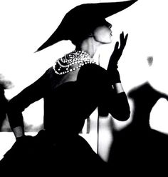 Chanel - Vintage Chanel LBD with the timeless pearl necklace. & a wide brimmed hat. Chanel Vintage, Glamour Vintage, Vintage Beauty, Vintage Couture, Moda Vintage, Vintage Mode, Vintage Hats, Vintage Frames, Vintage Outfits