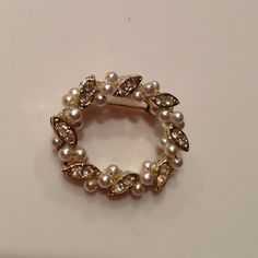 """️Vintage pearl & rhinestone circle pin. Beautiful pin with safety clasp. Perfect condition.  1.25"""" x 1"""" oval. Jewelry"""