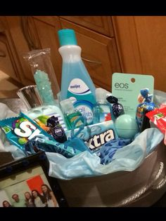 (A través de CASA REINAL) >>>>> Another color themed basket that I made for my friend'a birthday