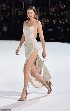 Gigi Hadid flaunts her endless pins in a slinky gown during.- Gigi Hadid flaunts her endless pins in a slinky gown during PFW - Gigi Hadid Runway, Kendall Jenner Runway, Gigi Hadid Walk, Gigi Hadid Looks, Bella Gigi Hadid, Gigi Hadid Style, Kendall Jenner Outfits, Couture Mode, Couture Fashion
