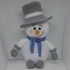 Sil's Corner: Patroon sneeuwpop met led bal. Crochet Santa, Crochet Snowman, Crochet Amigurumi, Amigurumi Doll, Crochet Dolls, Free Crochet, Crochet Christmas Decorations, Crochet Decoration, Christmas Crochet Patterns