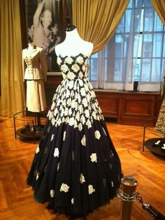 Dress belonging to Eva Peron 1950s Fashion, Vintage Fashion, Vintage Style, Cult Of Personality, Prom Queens, Beautiful Outfits, Beautiful Clothes, Ball Gowns, Actresses