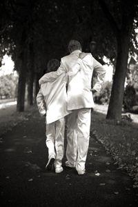 Prachtige glanzende jongenskostuums in de kleur ivoor. De 2 broers zagen er stoer uit in hun kostuum. Corrie's bruidskindermode. Trouwen, bruiloft, huwelijk, bruidskinderen, bruidskinderkleding, bruidsjonkers, bruidsjonker, feestkleding voor kinderen, bruidsmeisjes, ringenkussentjes, doopkleding. bruidskindermode.nl