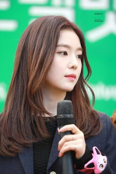 IRENE (아이린) NEWS (@Baejoohyunews) | Twitter Medium Hair Styles, Curly Hair Styles, Red Knight, Fresh Hair, Rapper, Red Velvet Irene, Beautiful Gorgeous, Cut And Color, Face Shapes