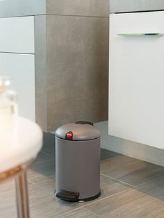 Very quietly, timeless Grey has moved to the front of the colour trend pack. Its diverse stone and mineral hues take over the interior and declare it a personal rest area. They are authentic and open to association: with other shades of Grey, White, Green, Beige or Mint, the creativity they unleash knows no bounds. And used with warm woods, an aesthetic backdrop is created in which the Grey waste bins are a compelling feature.