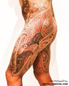 Puhoro in progress. The right side representing Ruatau and the left side Rehua - elements of Maori esoteric knowledge.