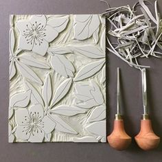 Kacheln hellebore repeat block pattern carved and ready to print . I'm definitely looking forward tok printing this one! Clay Crafts, Paper Crafts, Lino Art, Cuadros Diy, Instalation Art, Linoleum Block Printing, Stamp Carving, Handmade Stamps, Linoprint