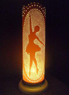 Luminária artesanal feito em tubos de pvc. Produto resistente (não quebra) Tam: 36 x 10cm diâmetro acompanha base, 1,80mts de fio com interruptor. não acompanha lampada! Obs: Usar lampadas incandescentes até 25W, ou lampadas frias tipo led ou fluorescentes. Ótima opção para presentear! Pvc Pipe Crafts, Pvc Pipe Projects, Diy And Crafts, Homemade Lamps, Homemade Art, Lampe Decoration, Home Lighting Design, Creative Lamps, Pipe Lighting
