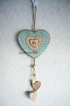 Antiikkivihreä puusydän pilkkukoristein ja nappisydämellä, kokonaispituus 30 cm // Antique green wooden heart with dots and a button heart, total length 30 cm