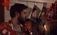 A Star Wars Christmas :「ザ・ラスト・ジェダイ」の公開を祝して、「スター・ウォーズ」とクリスマスの名曲を巧みにマッシュアップしたクラシック・ギターの美しいメドレーの演奏をお楽しみください ! ! - もう「ザ・ラスト・ジェダイ」を観た方も、これからの方も、ネイサン・ミルザさんの「スター・ウォーズ・クリスマス」のムードにひたって下さい!! | CIA Movie News | Star Wars, Christmas, Guitar, Music, Nathan Mills, Video - 映画 エンタメ セレブ & テレビ の 情報 ニュース / CIA こちら映画中央情報局です