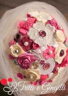 Bouquet color ciclamino, avorio con dettagli argento e prugna. www.trilliegingilli.com info@trilliegingilli.com (Bouquet alternativi, particolari, originali, bottoni, fiori di carta, stoffa, perle, strass)