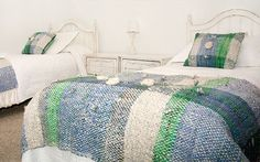 Blue and green blanket with matching pillows Loom Weaving, Hand Weaving, Green Blanket, Weaving Projects, Bed Spreads, Basket Weaving, Textile Design, Crochet, Diy And Crafts