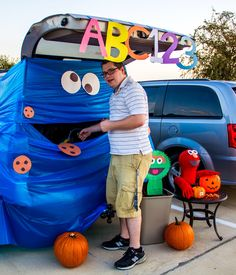 The Best Halloween Trunk or Treat Ideas Theme trucks cars suvs and vans. Dulces Halloween, Halloween Carnival, Holidays Halloween, Halloween Treats, Halloween Decorations, Halloween Party, Happy Halloween, Fall Carnival, Halloween Fashion