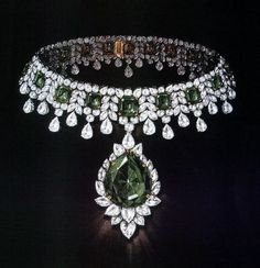 Harry_Winston_Emerald and diamond necklace designed by Ambaji Shinde. Pendant is 104.40 carats.
