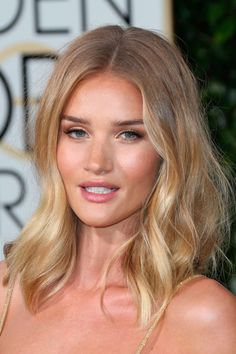 Rosie Huntington-Whiteley Shows Off Her Tousled Mid Length Do, 2016 Mid-length hairstyles are go! Check out our fave celebrity mid-length hairstyles here for some super chic hair-spiration. Blonde Balayage Mid Length, Beauté Blonde, Blonde Color, Mid Length Blonde Hair, Golden Blonde Hair, Blonde Model, Curly Blonde, Ombré Hair, New Hair