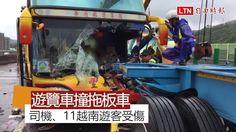 遊覽車追撞拖板車 駕駛及11名越南乘客受傷