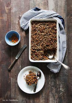 Niebiańska pieczona owsianka, która w smaku przypomina ciasto marchewkowe - pyszna, zdrowa i sycąca. Idealna na śniadanie.