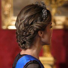 Un sinfín de trenzas de raíz relajadas configuran el recogido que ya se ha convertido en un básico de la Reina Letizia en sus últimas recepciones oficiales y cenas de gala.