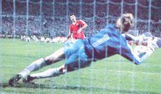 Van Breukelen portero del PSV Eindhoven para un penalty a Veloso defensa del Benfica en la tanda de penaltis de la Final de Copa de Europa el 25 de Mayo de 1988.